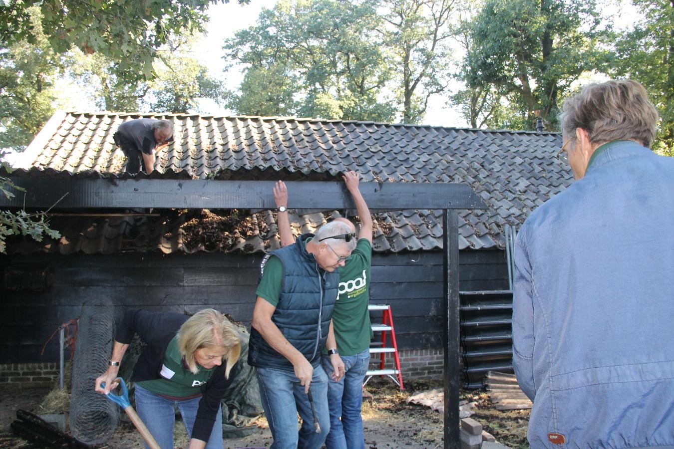 Samen het dak repareren