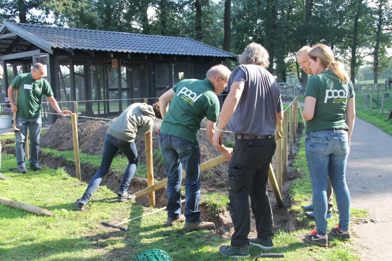 Samen hard aan het werk met de omheining van de konijnenheuvel op Landgoed de Zwiese