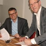 Peter van der Terp en Klaas Pool ondertekenen contract